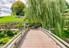 Puente al área japonesa del jardín en el jardín botánico de Chicago imagenes de archivo
