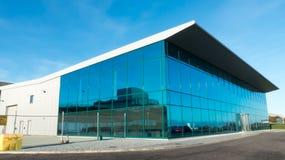 Puente al edificio de oficinas moderno en Manchester con la pequeña muchacha Imagen de archivo libre de regalías