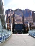 Puente al edificio de oficinas moderno en Manchester con la pequeña muchacha Foto de archivo libre de regalías