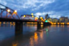 Puente al fondo borroso de Portland en el centro de la ciudad Imagenes de archivo