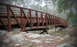 Puente al lado del río Imagenes de archivo