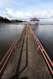 Puente al lago imagenes de archivo