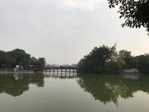Puente al templo del hijo de Ngoc Fotos de archivo