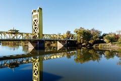 Puente amarillo de la torre a través del río Sacramento Foto de archivo libre de regalías