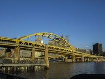 Puente amarillo sobre Pittsburgh Imágenes de archivo libres de regalías
