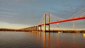 Puente anaranjado sobre el río del ¡de Paranà imagen de archivo