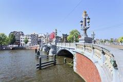 Puente antiguo adornado en Amsterdam, Países Bajos Imagen de archivo