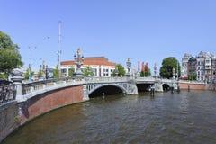 Puente antiguo adornado en la ciudad vieja de Amsterdam. Imagen de archivo