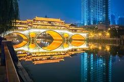 Puente antiguo de Chengdu en la noche imágenes de archivo libres de regalías