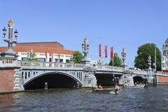 Puente antiguo en la correa histórica del canal, Amsterdam, Países Bajos Foto de archivo libre de regalías