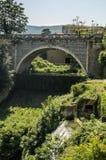 Puente antiguo viejo sobre el río en Tivoli, Italia imagenes de archivo