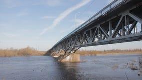 Puente arruinado viejo a través del río en la condición de emergencia almacen de metraje de vídeo