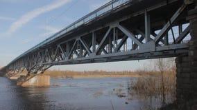 Puente arruinado viejo a través del río en la condición de emergencia almacen de video