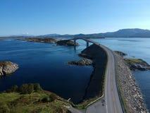 Puente atlántico del camino en Noruega en la opinión aérea del día soleado Foto de archivo
