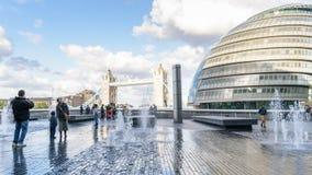 Puente ayuntamiento y de la torre de la ciudad de Londres Fotos de archivo libres de regalías