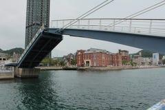 Puente azul del ala, Mojiko, Fukuoka, Japón imagenes de archivo