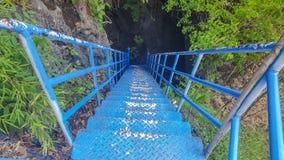 Puente azul para las aventuras en una cueva oscura Para los turistas tenga gusto del entusiasmo fotos de archivo libres de regalías