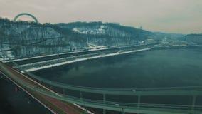 Puente bajo el río Día de invierno de niebla gris Cantidad aérea del abejón almacen de metraje de vídeo