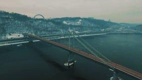 Puente bajo el río Día de invierno de niebla gris Cantidad aérea del abejón almacen de video