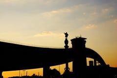 Puente bajo puesta del sol Foto de archivo libre de regalías