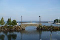 Puente, barcos, lago y árboles Imágenes de archivo libres de regalías