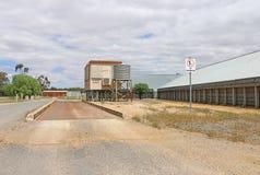 Puente basculante en una instalación del almacenamiento del grano Imagen de archivo libre de regalías