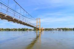 Puente bicentenario de Bangkok sobre el río del silbido de bala en la provincia de Tak, Tailandia fotografía de archivo libre de regalías