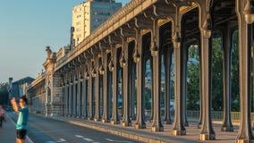 Puente Bir-Hakeim del Sena durante timelapse de la salida del sol en el centro de París a la mañana hermosa del verano, París, Fr almacen de video