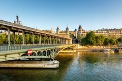 Puente Bir-Hakeim y río Sena por la mañana, París Foto de archivo