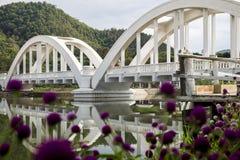 Puente blanco de Lampang a través del río de Wang Foto de archivo libre de regalías