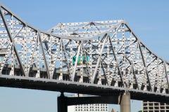 Puente blanco del río del camino Imagenes de archivo