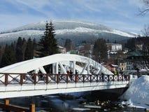 Puente blanco en el centro turístico de montaña Imagenes de archivo