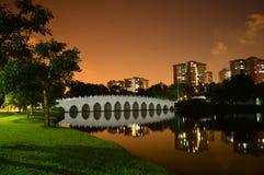 Puente blanco en el parque fotos de archivo libres de regalías