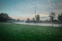 Puente blanco sobre el río Fotos de archivo libres de regalías