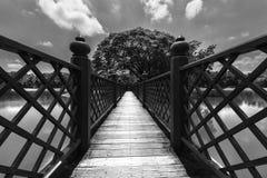 Puente blanco y negro de madera Imagenes de archivo