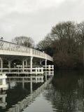 Puente blanco y negro sobre el río Imagenes de archivo