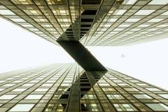Puente brumoso del cielo entre el edificio de oficinas