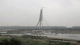 puente Cable-permanecido bajo construcci?n sobre el r?o de Yamuna en tiempo nublado Puente de la firma Delhi la India metrajes