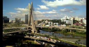 puente Cable-permanecido en el mundo, São Paulo Brazil, vídeo del sur de AmericaAerial del puente Cable-permanecido en Sao Paulo almacen de metraje de vídeo