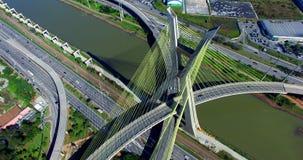 puente Cable-permanecido en el mundo, São Paulo Brazil, vídeo del sur de AmericaAerial del puente Cable-permanecido en Sao Paulo almacen de video