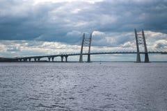 puente Cable-permanecido sobre el espacio abierto de Korabelny - parte del diámetro de alta velocidad occidental en St Petersburg Fotos de archivo