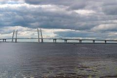 puente Cable-permanecido sobre el espacio abierto de Korabelny - parte del diámetro de alta velocidad occidental en St Petersburg Imagen de archivo libre de regalías