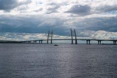 puente Cable-permanecido sobre el espacio abierto de Korabelny - parte del diámetro de alta velocidad occidental en St Petersburg Imagenes de archivo