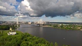 puente Cable-permanecido sobre el río fotografía de archivo