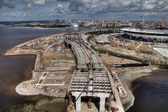 puente Cable-permanecido a través de Malaya Neva River durante la construcción Imagen de archivo libre de regalías