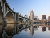 Puente central de la avenida en Minneapolis en la oscuridad Fotos de archivo