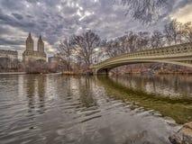 Puente Central Park del arqueamiento en invierno foto de archivo