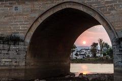Puente chino de Triditonal en la puesta del sol Fotos de archivo
