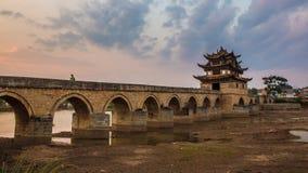 Puente chino de Triditonal en la puesta del sol Fotografía de archivo libre de regalías