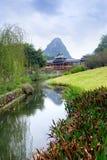 Puente chino del jardín, del viento y de la lluvia con una charca Imagen de archivo